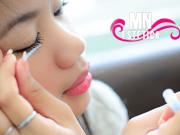 mulher japonesa aplicando maquiagem nos olhos
