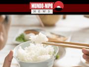 Pessoa comendo arroz em uma mesa de jantar