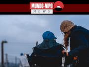 Mulher auxiliando idoso na rua