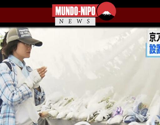 Pessoas prestando suas últimas homenagens às vitimas do ataque incendiário em Kyoto