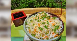 Tigela com salada de bifun fresquinha