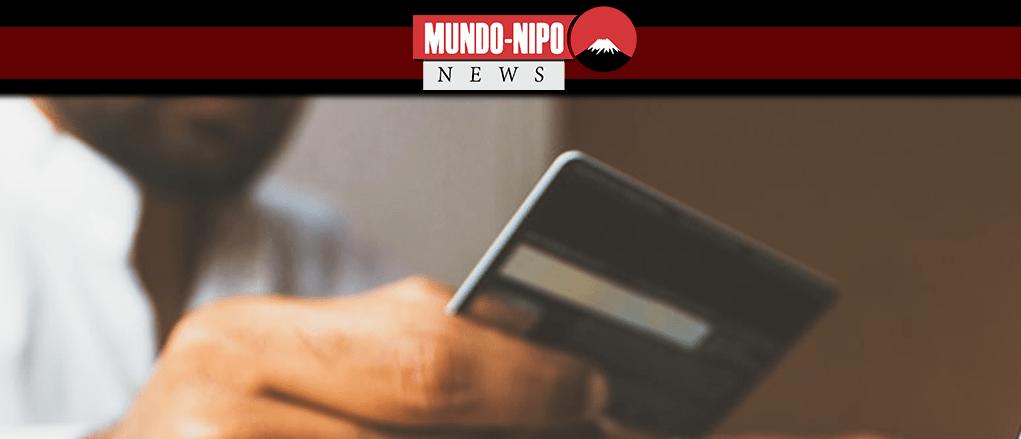 Homem lendo as informações de um cartão de crédito