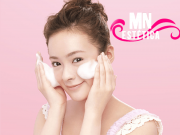 Modelo cuidando da pele do rosto