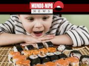 Criança olhando um prato com vários tipos de sushis