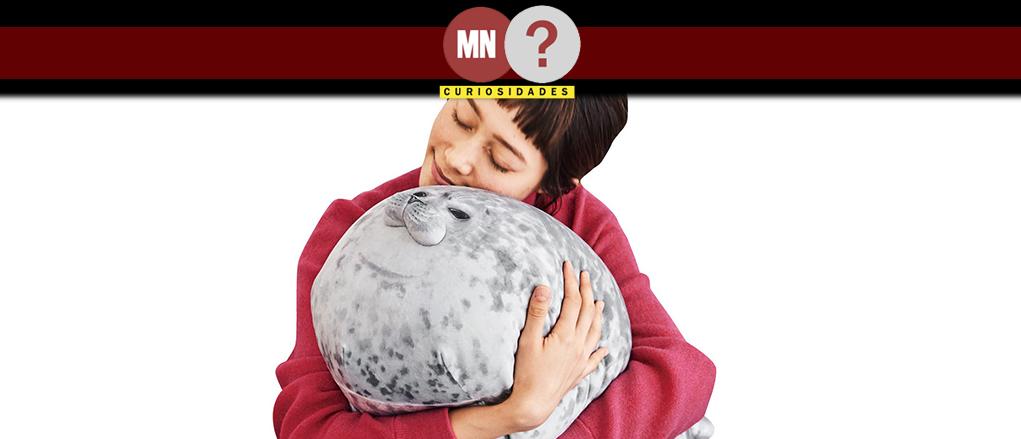 Modelo abraçando almofada de foca Yuki-chan