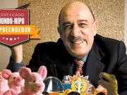 Atual dono da empresa Ri Happy segurando brinquedos