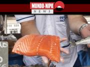 Peixeiro oferecendo o pescado cortado ou inteiro