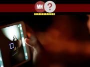 Imagem ilustrativa de garoto segurando celular para registrar um acontecimento