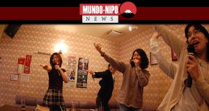 Pessoas cantando em um karaoke