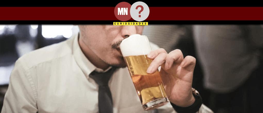 Homem apreciando um copo de cerveja
