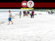 Pessoas aproveitando a praia de chiba