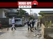 Voluntários trabalhando para desfazer os estragos trazidos com a chuva