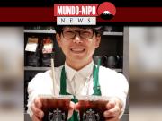 Atendente no Starbucks Japão oferecendo bebida com canudo de papel