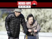 Dois idosos caminhando em um parque
