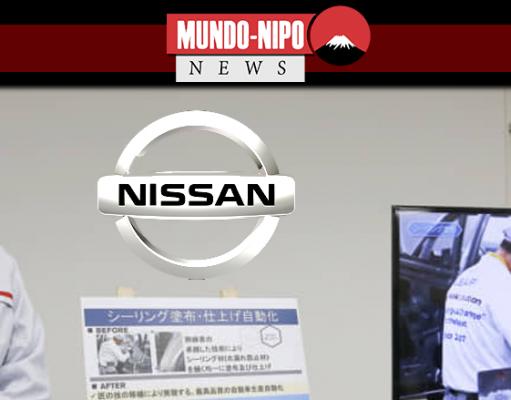 O engenheiro Makoto Yamada fala com os repórteres sobre o uso da robótica