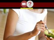 Pessoa comendo abacate