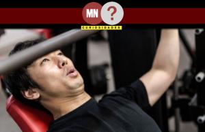 Homem fazendo levantamento de peso