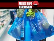 Pessoa segurando sacola de plástico no mercado