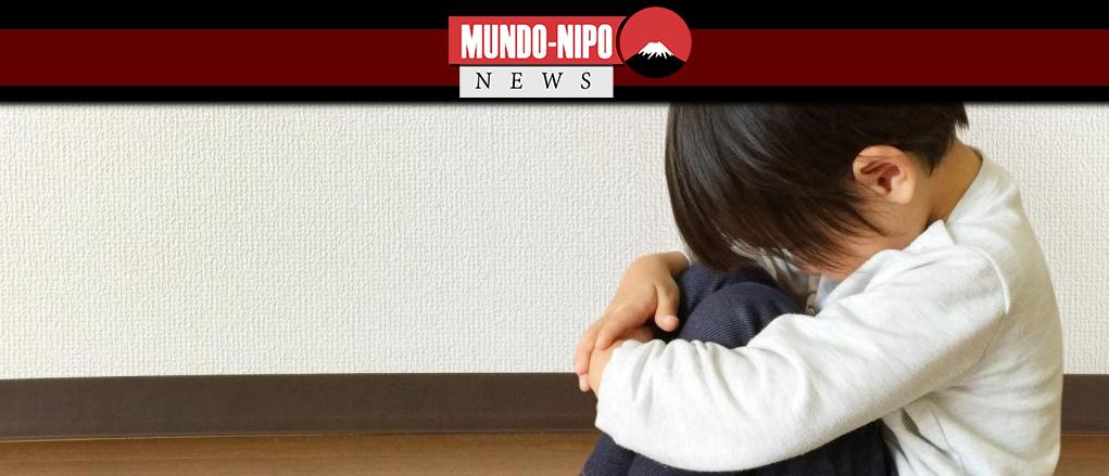 Criança lamentando abuso sofrido