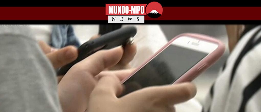 Crianças manuseando Smartphone no Japão