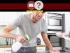 Homem ajudando sua esposa com as tarefas domésticas