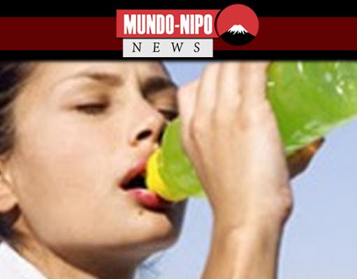 Mulher bebendo bebida esportiva