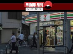 Pessoas transitando em frente à loja 7-eleven Japão