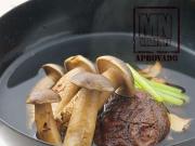 Sopa clarificada de cogumelos frescos