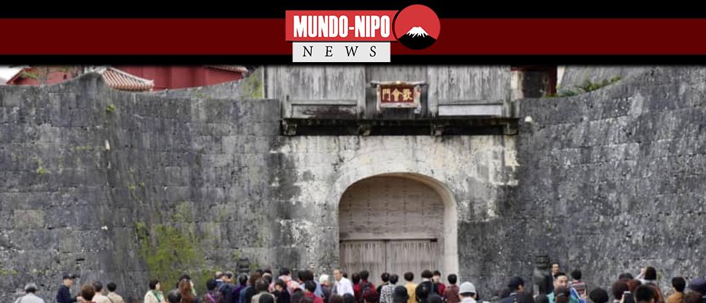 turistas visitam os restos do castelo Shuri em Naha