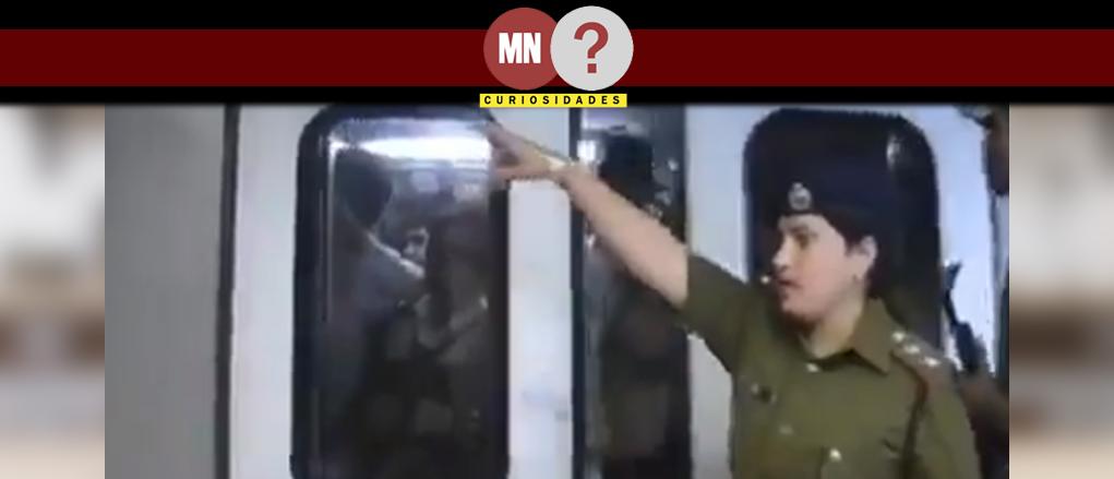 Frame do vídeo onde policial indiana espera o vagao abrir