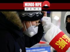 Homem em um metrô de Pequim sendo inspecionado
