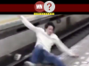 Homem pulando plataforma metro