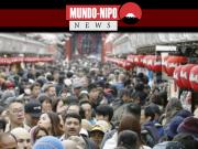 Os turistas enchem uma rua no distrito de Asakusa, em Tóquio