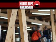 Vigas de madeira, inscritas com os nomes dos municípios que as doaram