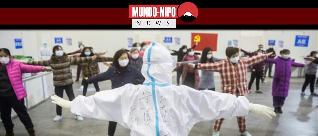 A equipe médica em Wuhan lidera pacientes em exercícios de grupo em um hospital