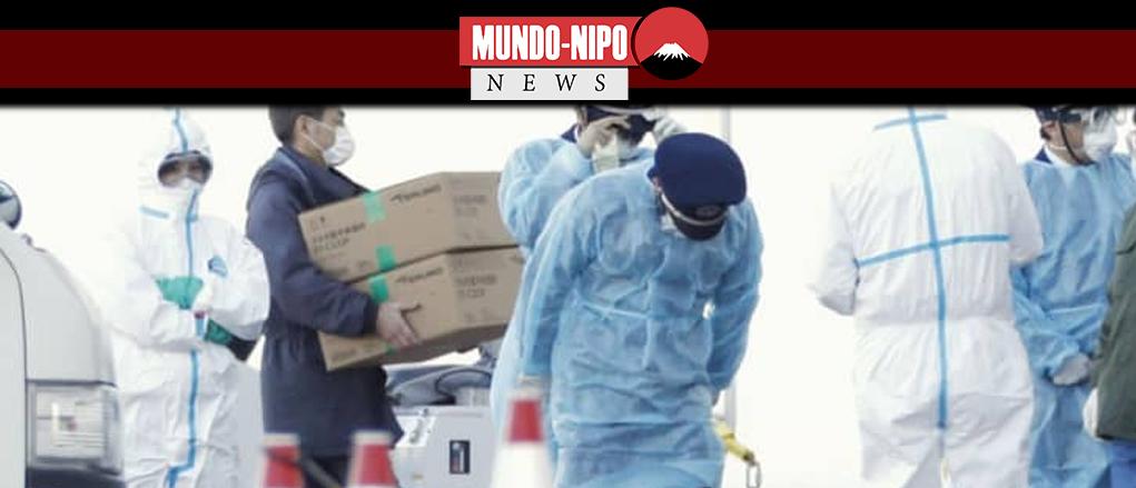 Autoridades transportam suprimentos para o navio Diamond Princess atracado no porto de Yokohama