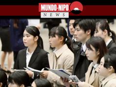 Os alunos participam de um seminário de trabalho em um centro de convenções em Chiba