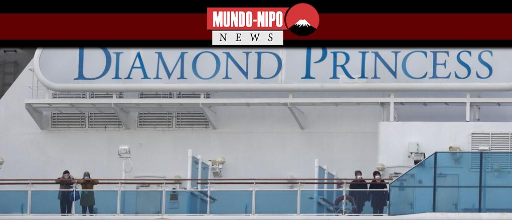Passageiros mascarados observam a bordo do navio de cruzeiro Diamond Princess