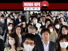 Pessoas caminhando em uma estação no Japao
