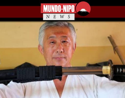 Samurai Edson Suemitsu mostra uma katana em sua casa em Curitiba