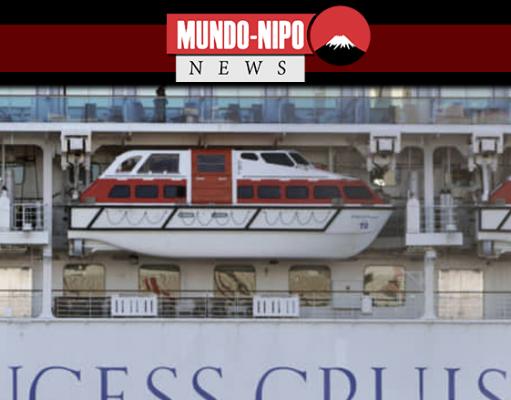 Um passageiro está na varanda do navio de cruzeiro em quarentena Diamond Princess