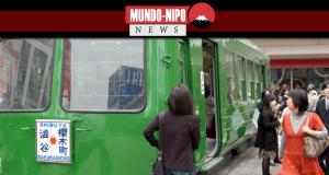 Um vagão Tokyu Railways na Praça Hachiko, em frente à estação Shibuya