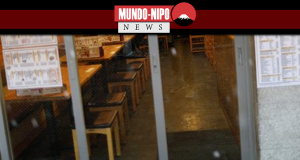 Lugares vazios são vistos dentro de um restaurante em Tóquio