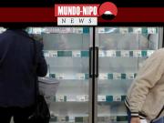 Um comprador analisa a seção de alimentos congelados em um supermercado