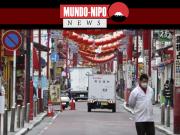 Um homem caminha por uma estrada na Chinatown de Yokohama